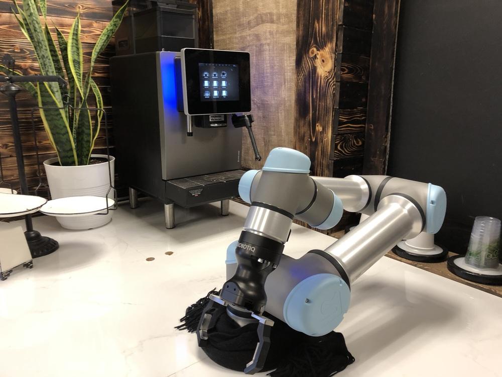 robôs preparam café