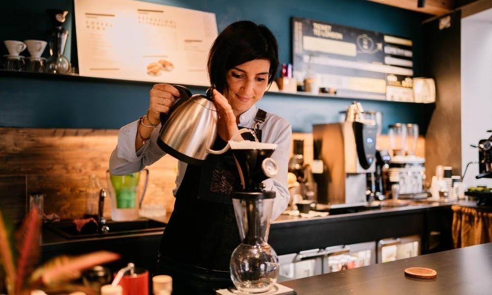 barista coando café