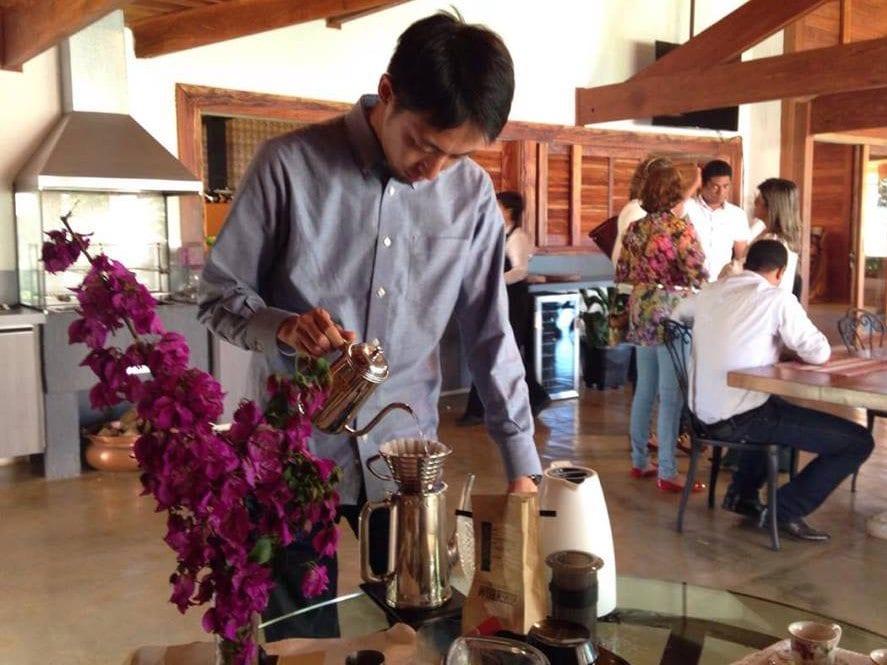Tetsu brews with a Kalita at Fazenda Primavera