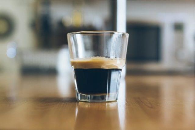 tome um espresso e sinta o corpo no café