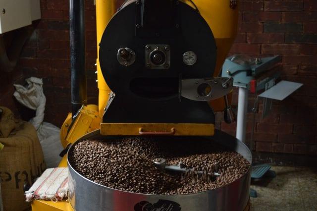 café torrado na bandeja