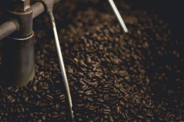 café torrado resfriando na bandeja