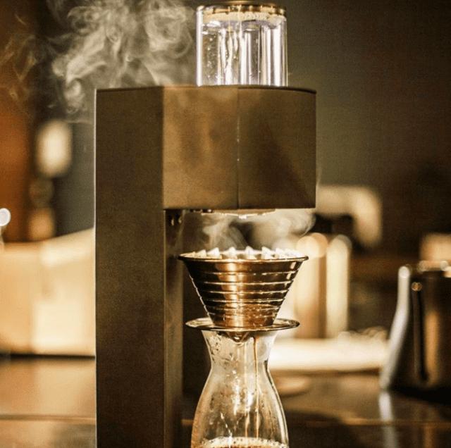 Usando uma Marco SP-9 de extração única com uma Kalita Wave, para uma extração com temperatura controlada de café filtrado.