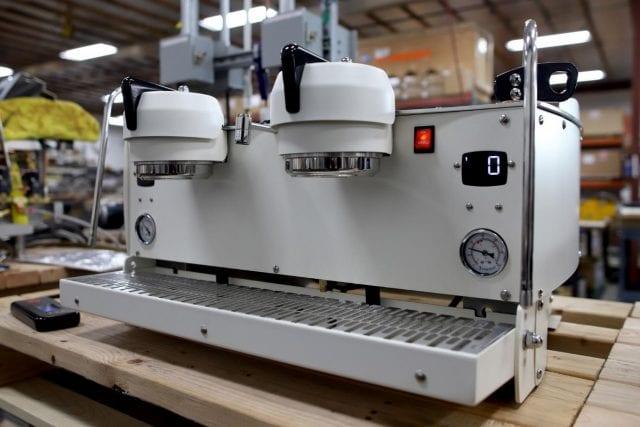 Construyendo una maquina de cafe synesso en la fabrica
