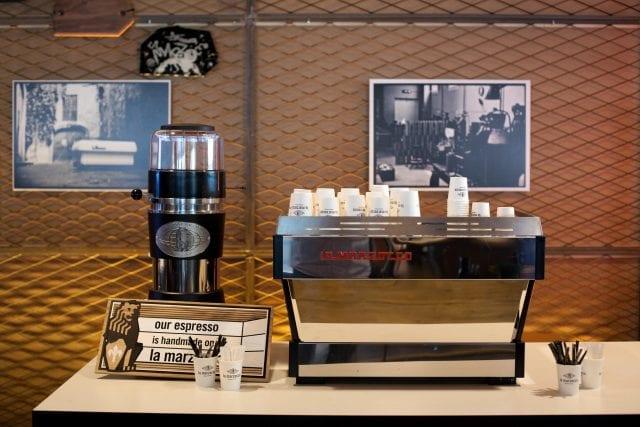 Una barra de cafe con una hermosa maquina espresso lista para preparar algunos espressos