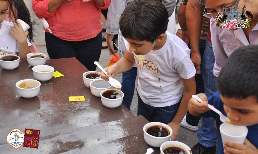 niños catando cafe