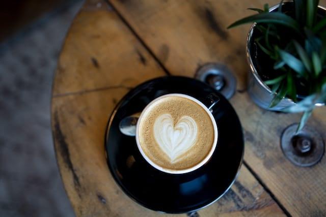 un cappuccino con arte latte