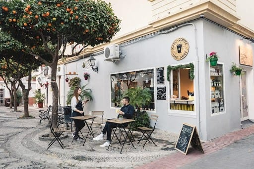tienda de cafe con un arbol de naranja