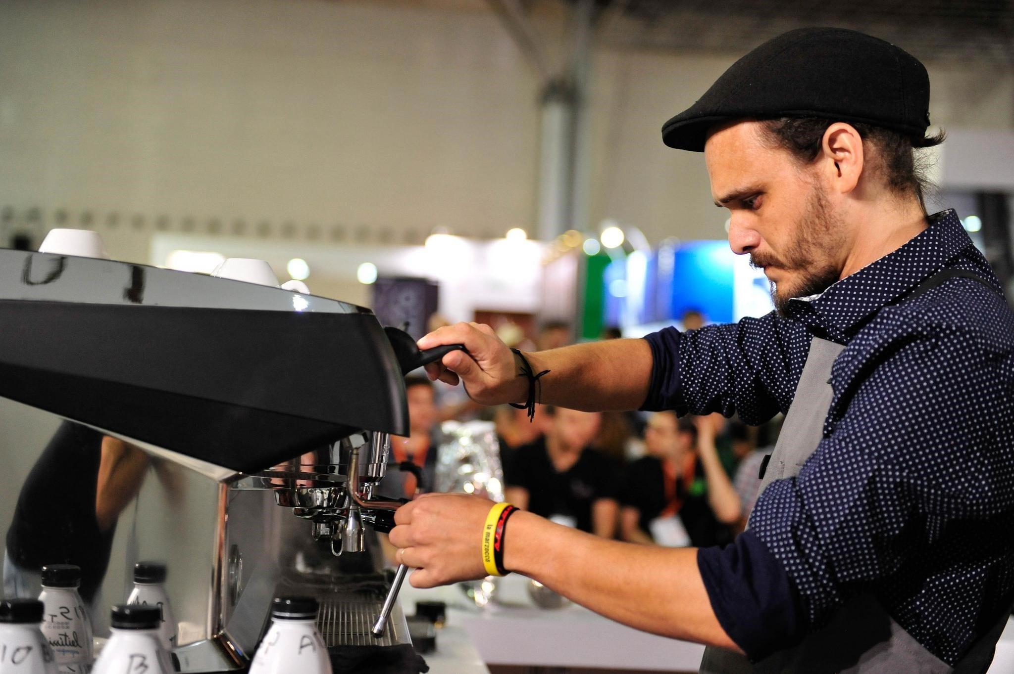 Barista de brasil prepara bebidas en una competencia