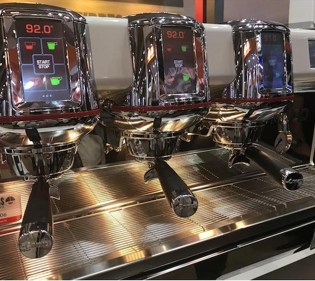 Máquina de espresso com tela digital.