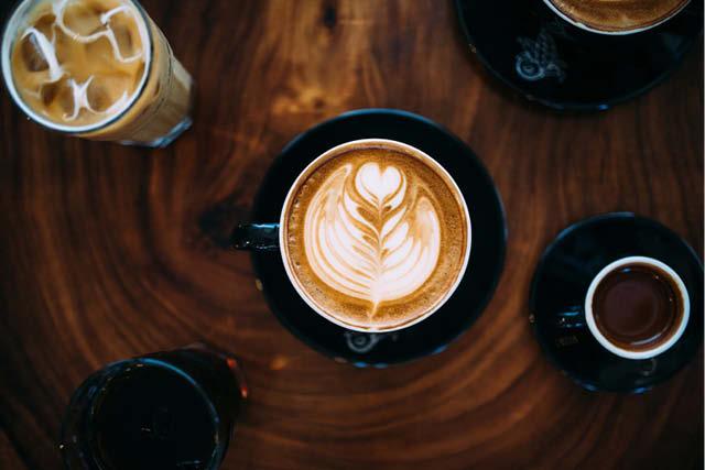 Bebidas à base de café em uma cafeteria.