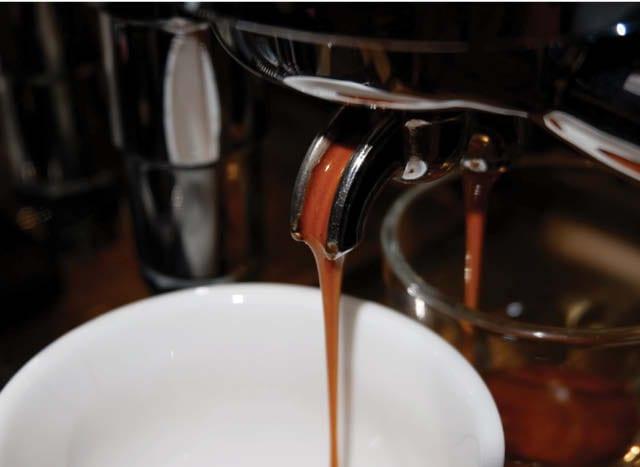 café saindo da máquina de espresso