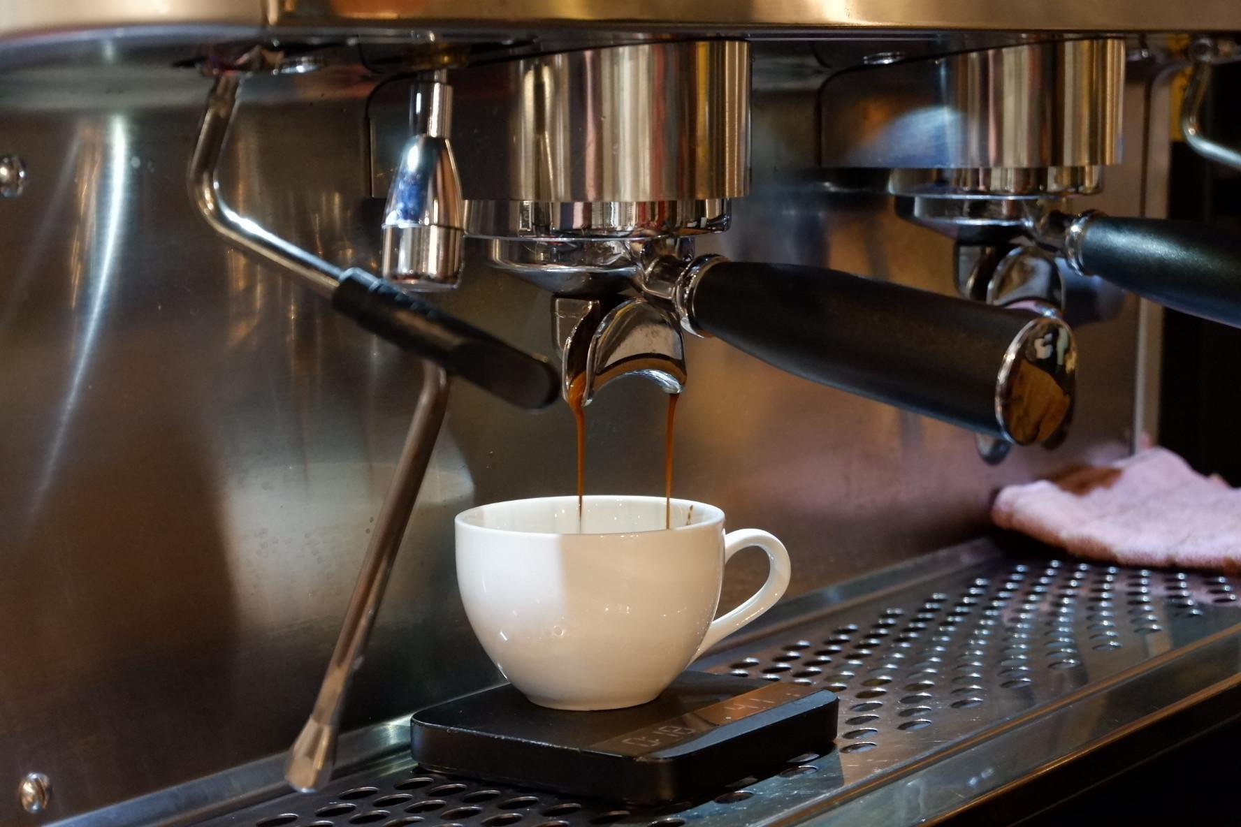 tirando um espresso