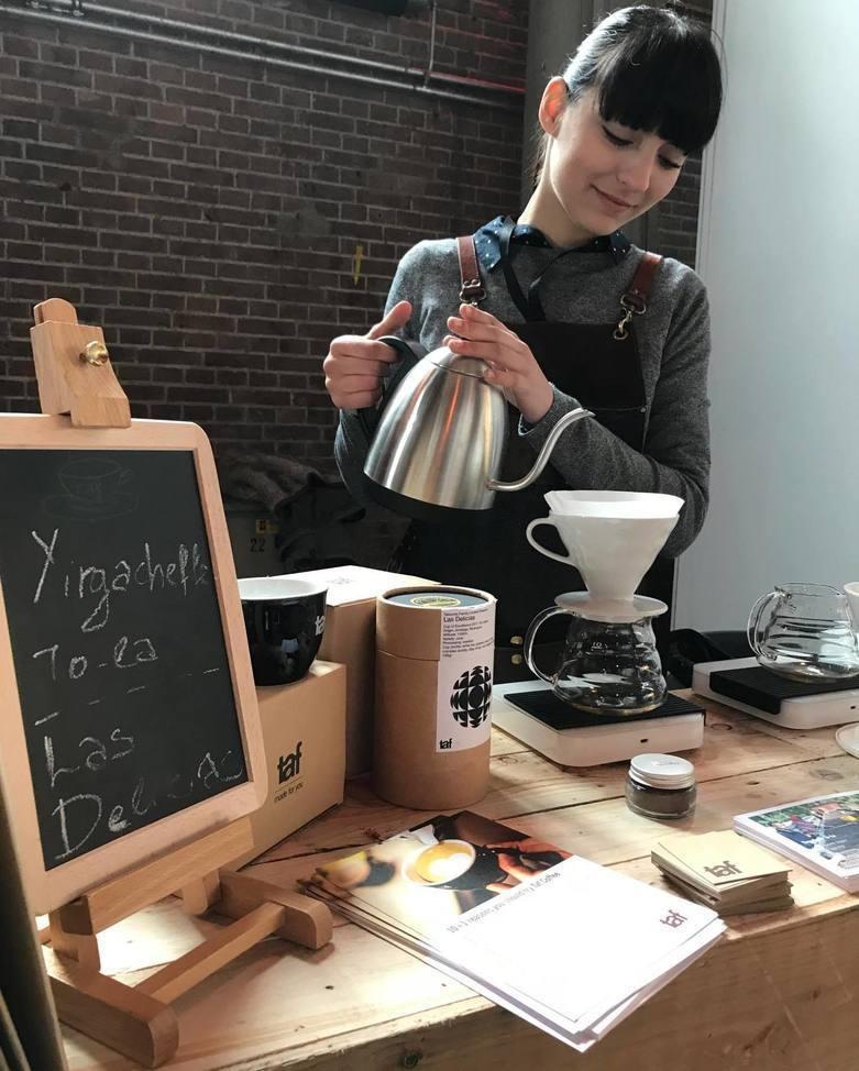 una barista prepara cafe en un v60
