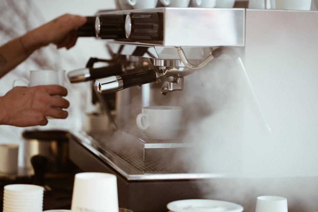 vapor saindo da máquina de café