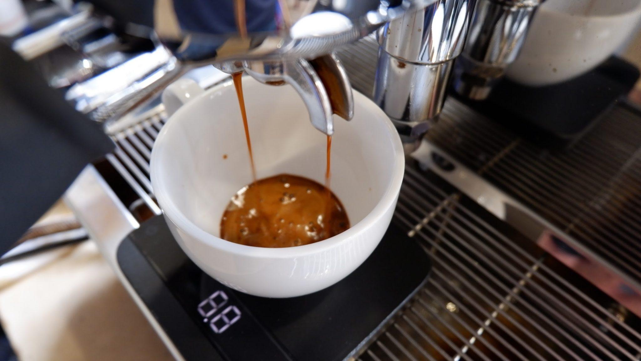 pesando uma dose de espresso