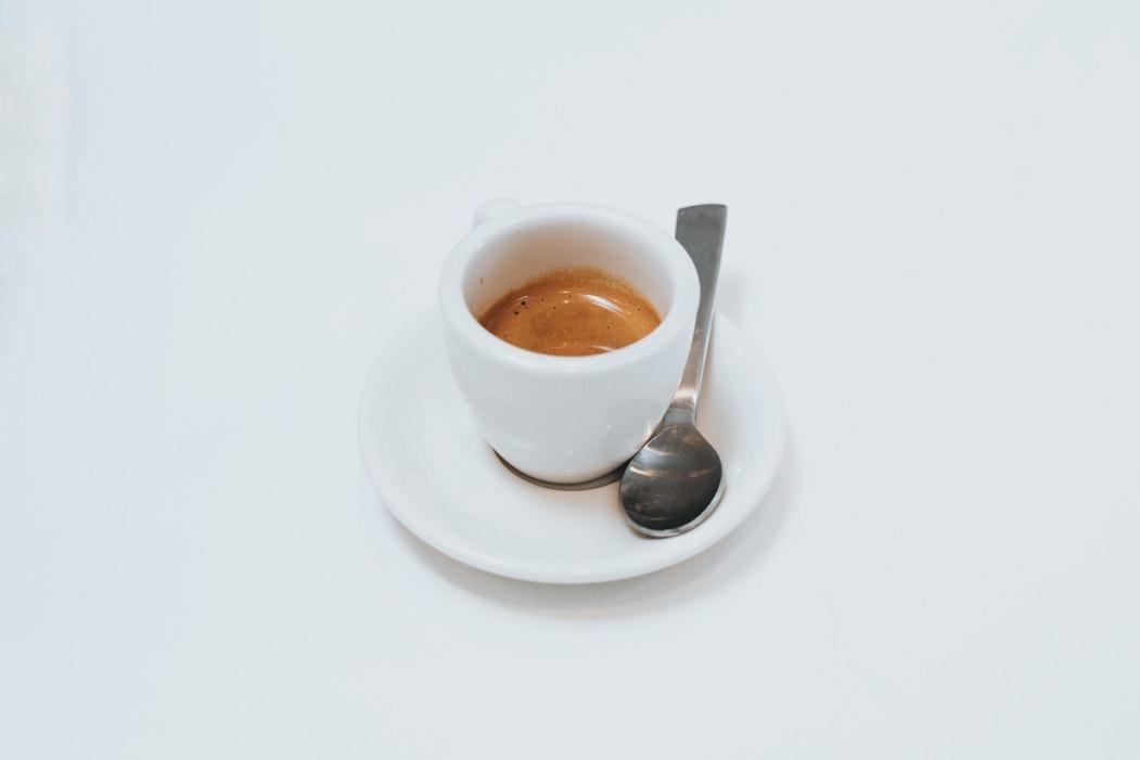 xícara de café com fundo branco