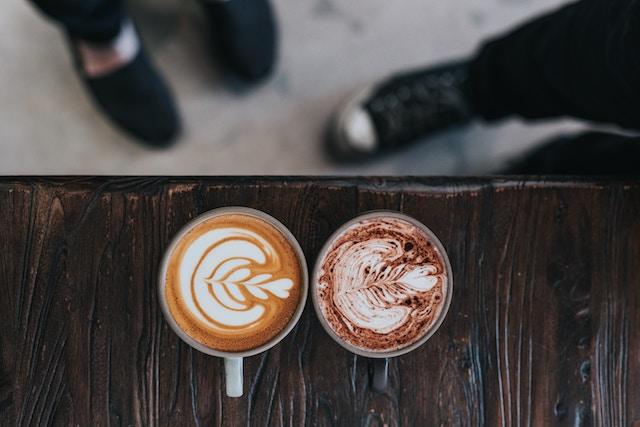 um café com leite e uma bebida mocha