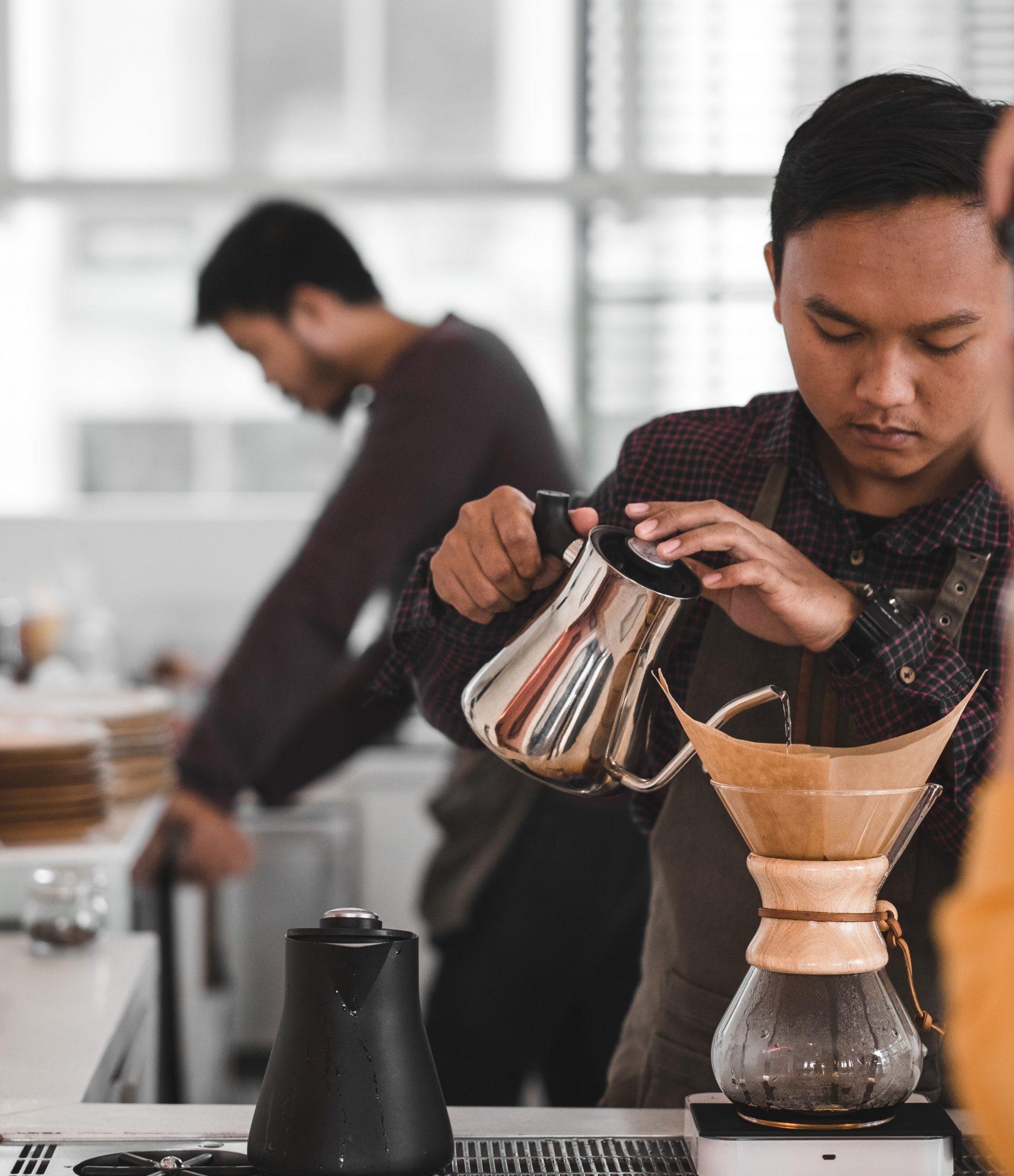 Barista preparando um café na Chemex.