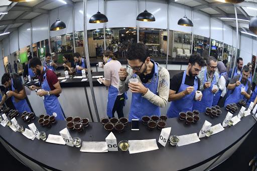 Cata de cafe en la feria de brasil