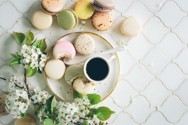 un espresso y varios dulces
