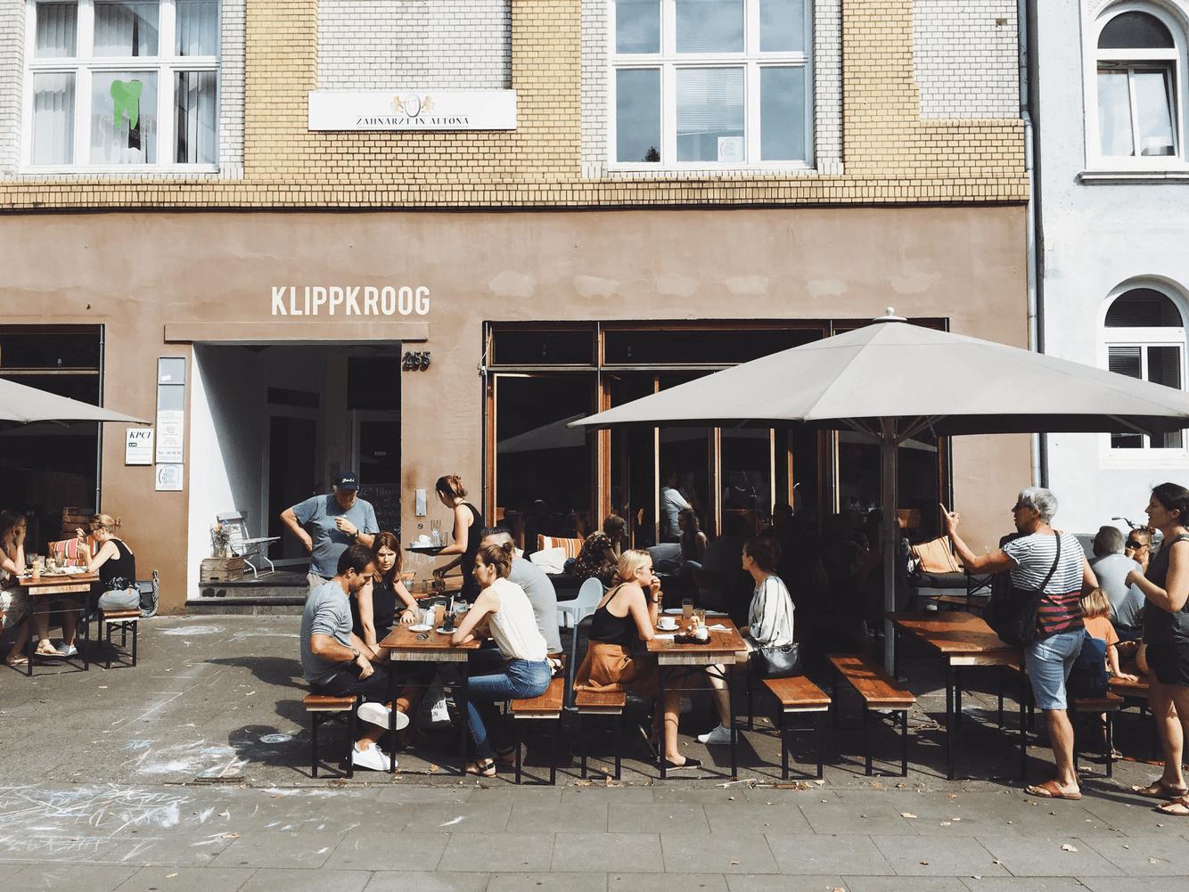 pessoas sentadas tomando café