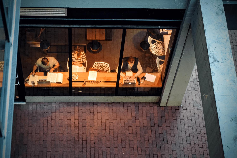 A taxa de rotatividade das suas mesas pode afetar o tamanho da cafeteria que você precisa para ter lucro.