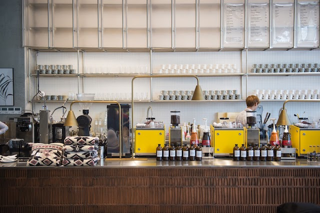 una tienda de cafe con dos maquinas de cafe