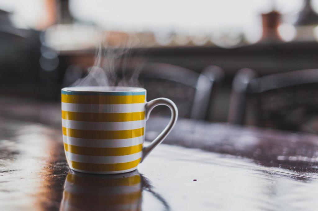 una taza de cafe caliente
