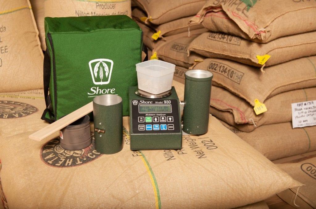 O testador de café Shore Modelo 930 é usado para medir o teor de umidade dos grãos verdes em armazenamento.