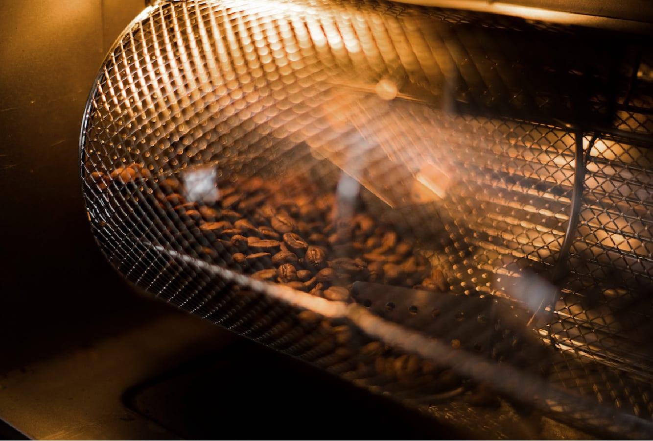 Grãos de café dentro de uma torradora de tambor.