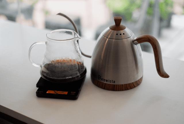 Uma jarra de café coado que acabou de ser feito.