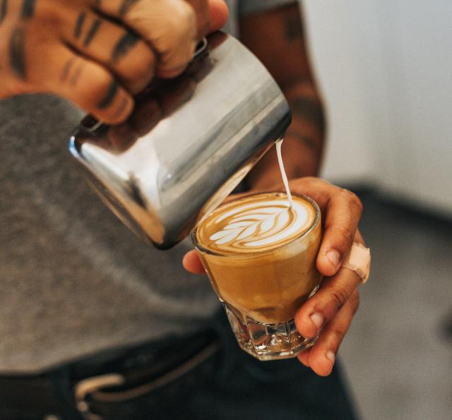 barista virtiendo arte latte