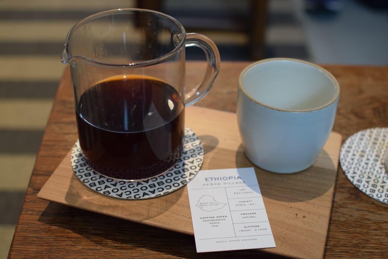 Una taza de café etíope preparado con un metodo de vertido