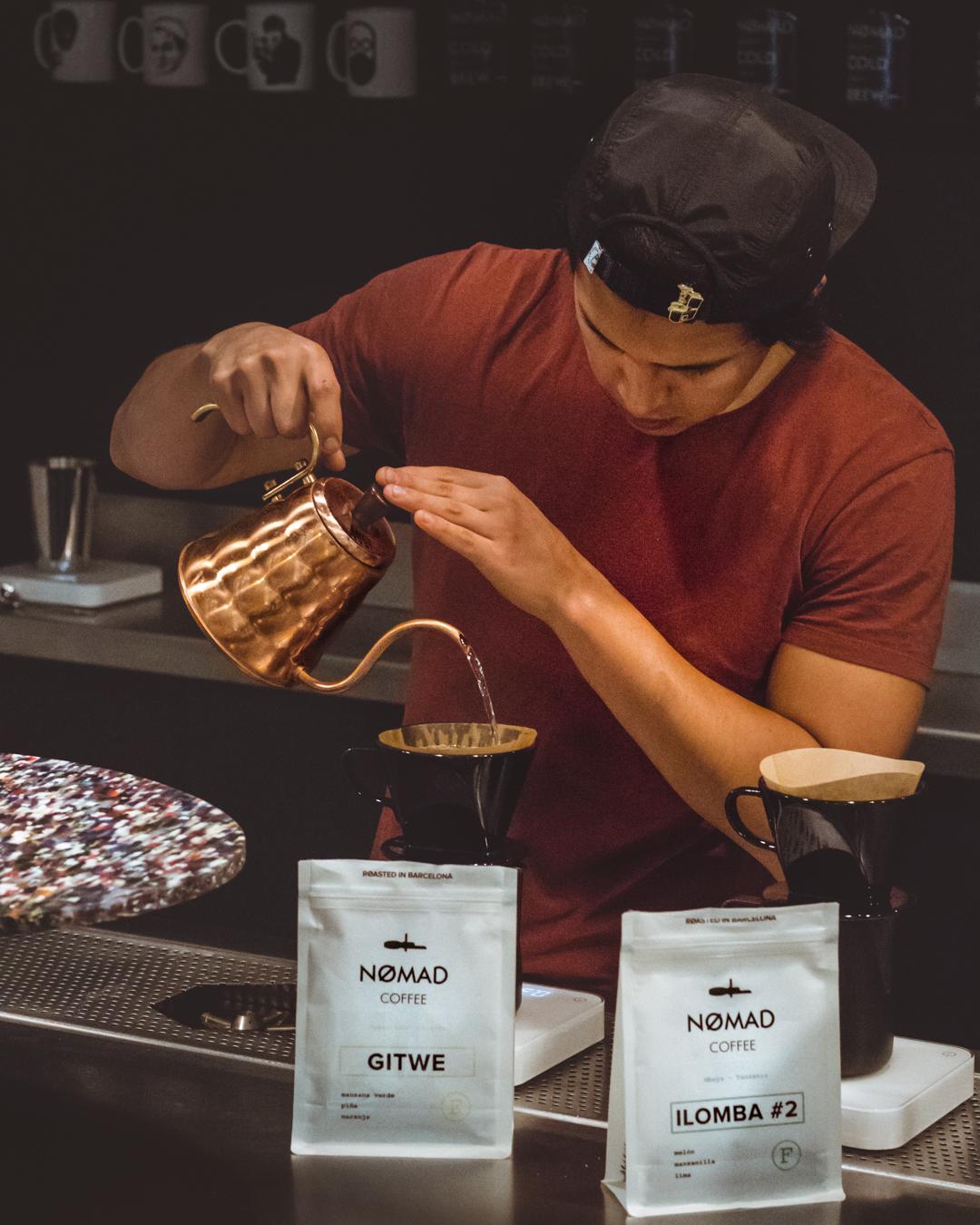 barista viente agua en cafes en v60