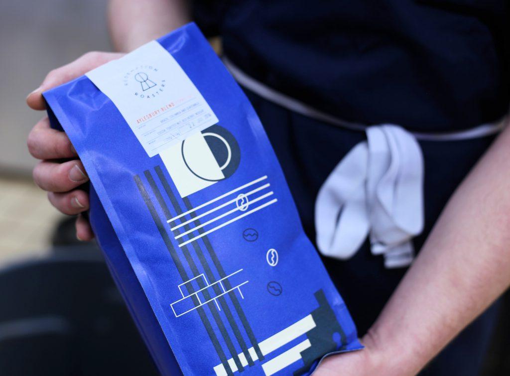 una bolsa de cafe con un diseño atractivo