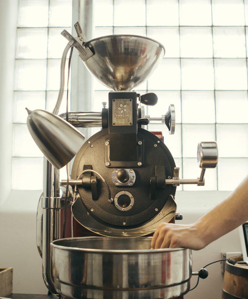 una tostadora de cafe lista para trabajar