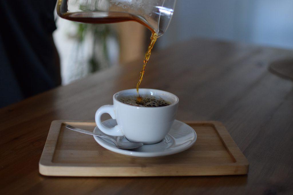 Vertiendo cafe en una taza