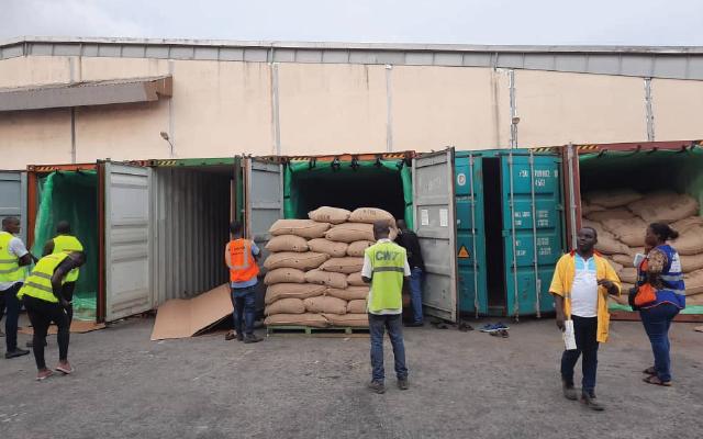 Processo de carregamento de containers na África usando TranSafeliners.