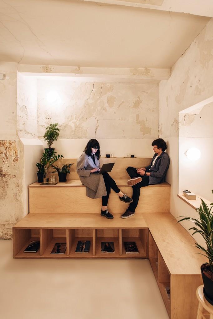 clientes se relajan en una tienda de cafe de madrid