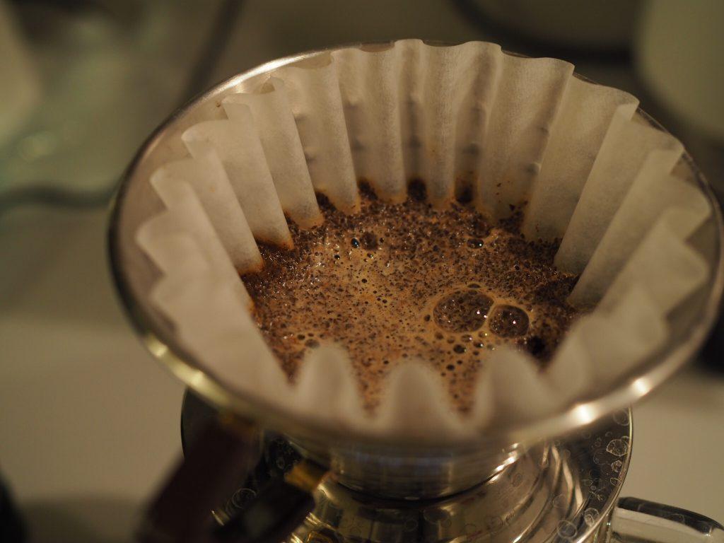 Preparando cafe con un Kalita Wave