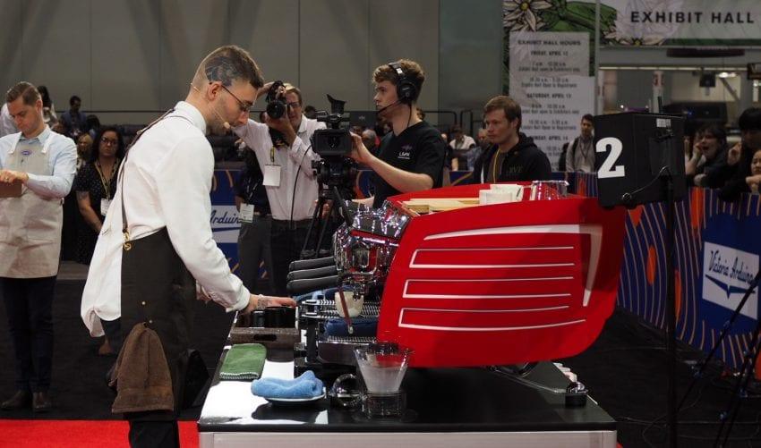barista participa en una competencia de cafe mundial