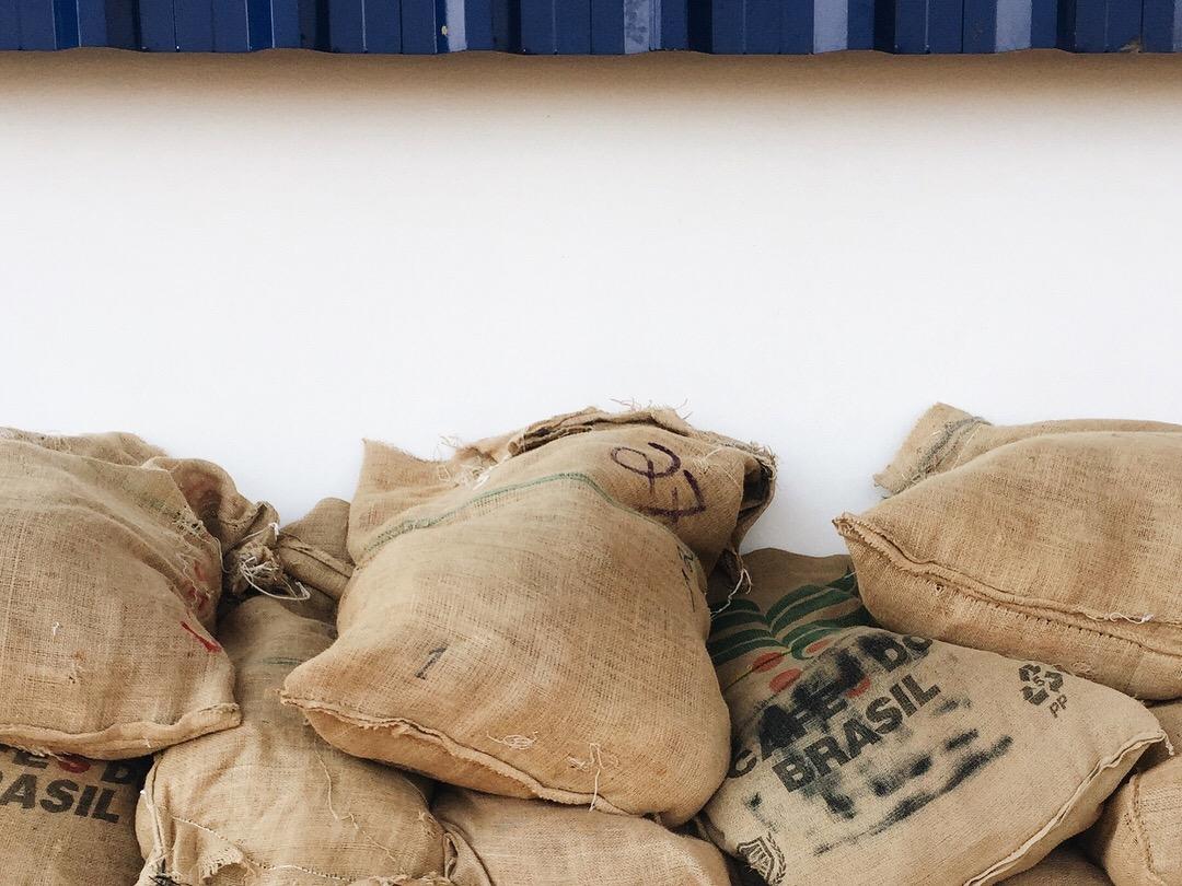 sacos de cafe a la espera de ser cargados a camiones