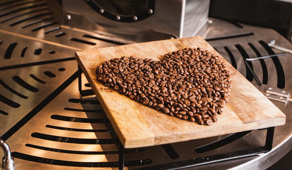 unos cafes tostados en forma de corazon