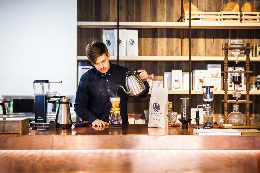 barista preparando cafe en un chemex