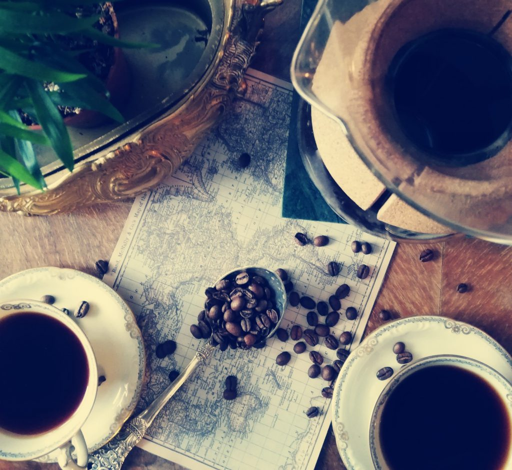 Granos de cafe sobre un mapa del mundo