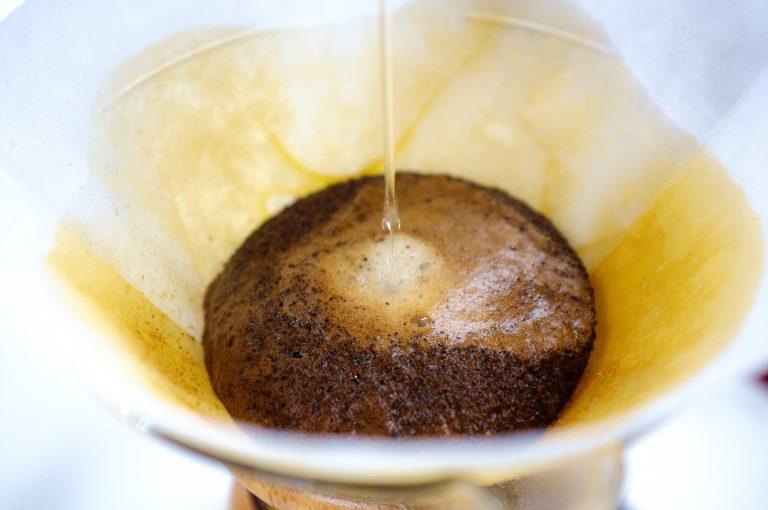 Preparando café na chemex