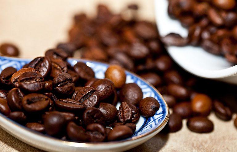 Grãos de café torrados escuros.