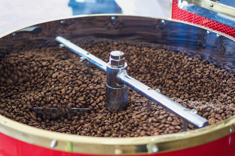 Café recém-torrado resfriando na bandeja