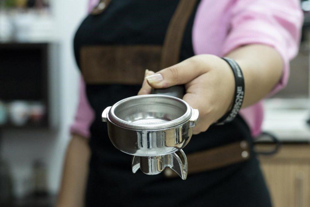 Estefani Riera segura um porta-filtro na Accademia del Caffé Carbone Espresso.